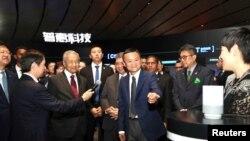 Perdana Menteri Malaysia Mahathir Mohamad mengunjungi markas besar Alibaba Group bersama pendiri Alibaba, Jack Ma, di Hangzhou, provinsi Zhejiang, China, 18 Agustus 2018.