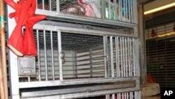 活鸡禁售,鸡笼空空。