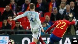 L'Espagnol Isco, à droite, se dispute avec l'Anglais Eric Dier lors du match amical international entre l'Angleterre et l'Espagne au stade de Wembley, Londres, 15 novembre 2016.