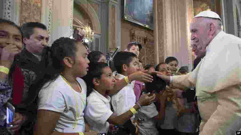 François bénit des fidèles lors de sa visite à la Cathédrale de Morelia dans l'Etat de Michoacan au Mexique, 16 février 2016.