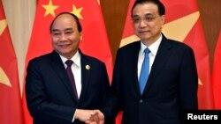 Thủ tướng Việt Nam Nguyễn Xuân Phúc (trái) và Thủ tướng Trung Quốc Lý Khắc Cường.