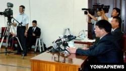 북한에 재입북했다가 체포된 탈북자 전영철 씨가 지난 2012년 1월 평양 인민문화궁전에서 기자회견을 하고 있다. 전 씨는 한국 당국의 지령을 받고 김일성 동상을 파괴하려 했다고 주장했다. 조선중앙TV 화면.