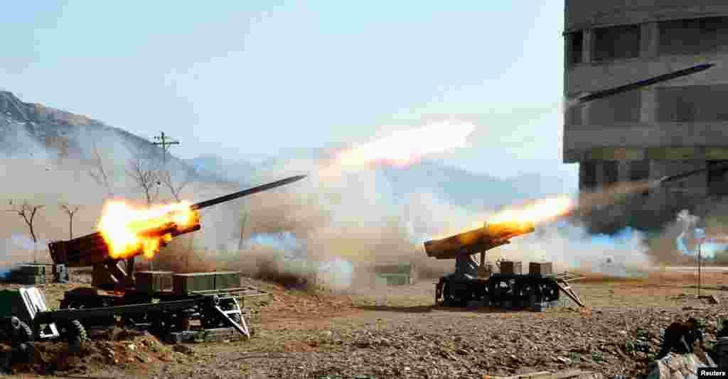 در این عکس که خبرگزاری رسمی کره شمالی روز ١٩ مارس سال ٢٠١٣ چاپ کرد، سربازان کره شمالی در یک منطقه نامعلوم در آموزش نظامی شرکت می کنند.