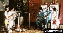 Kịch vui Sớ Táo Quân trong văn nghệ Tết của sinh viên Đại học Berkeley đầu thập niên 1980 (ảnh Bùi Văn Phú)