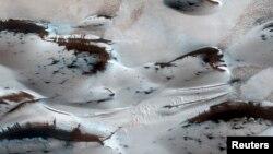 Nước không còn trên Hỏa tinh nữa. Các đụn cát ở cực bắc của sao Hỏa phủ lớp băng carbon dioxide. (Ảnh của NASA)