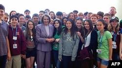 佩洛西欢迎从加州到华盛顿参观的学生