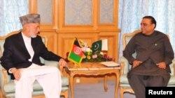 Presiden Afghanistan Hamid Karzai (kiri) dan Presiden Pakistan Asif Ali Zardari bertemu di Mekkah hari Selasa (14/8).