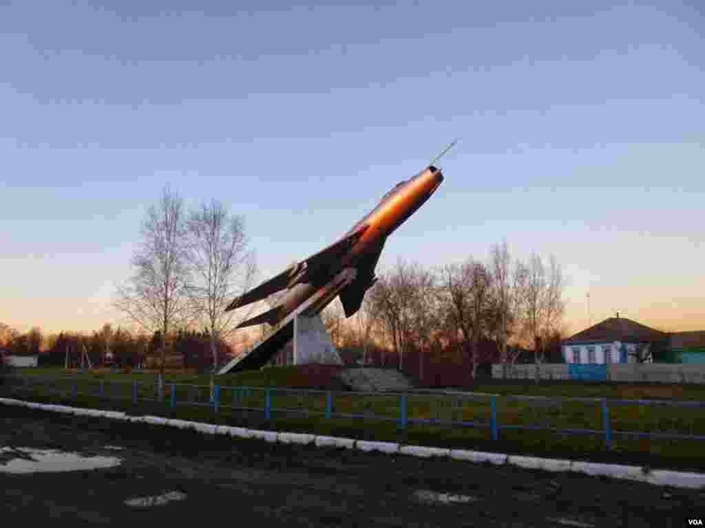 A Soviet-era monument in Zhernklyovy village, eastern Ukraine, Nov. 29, 2013. (Henry Ridgwell for VOA)