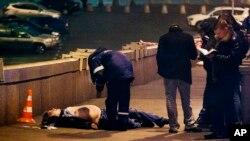 Cảnh sát Nga kiểm tra thi thể của ông Boris Nemtsov tại Quảng trường Đỏ ở Moscow, ngày 28 tháng 2, 2015
