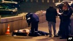 Polisi Rusia memeriksa jenazah Boris Nemtsov, mantan wakil PM Rusia dan pemimpin oposisi Rusia di Lapangan Merah (Red Square), Moskow (28/2).