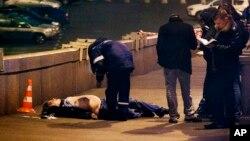 Moskova'daki Kızıl Meydan yakınlarında Nemtsov'un cesedi yakınında bekleyen Rus polisi