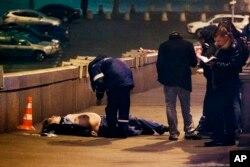 Ông Nemtsov bị bắn 4 phát vào lưng từ một chiếc xe màu trắng chạy ngang qua khi ông đang đi bộ trên một cây cầu bắc qua sông Moscow ngay bên cạnh Điện Kremlin.