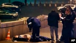 Ông Nemtsov bị bắn bốn phát từ một chiếc xe màu trắng chạy ngang qua khi ông đang đi bộ trên một cây cầu bắc qua sông Moscow ngay bên cạnh Điện Kremlin.