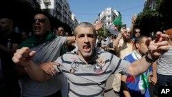 Des manifestants, dans les rues de la capitale, Alger, pour protester contre le gouvernement, le vendredi 30 août 2019. (AP Photo / Toufik Doudou)