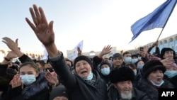 Sadir Japarovning tarafdorlari uning g'alabasini nishonlash uchun Bishkekda shahar markaziga to'plandi. 11-yanvar, 2020.