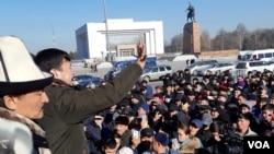 活動人士1月17日聚集在吉爾吉斯斯坦首都比什凱克市中心的阿拉套廣場舉行抗議,呼籲當局將中國的非法移民驅逐回國