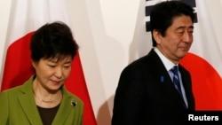 지난해 3월 네델란드 헤이그에서 열린 핵안보정상회의에 참석한 박근혜 한국 대통령(왼쪽)과 아베 신조 일본 총리가 이후에 열린 미한일 3자 회담에 참석했다. (자료사진)