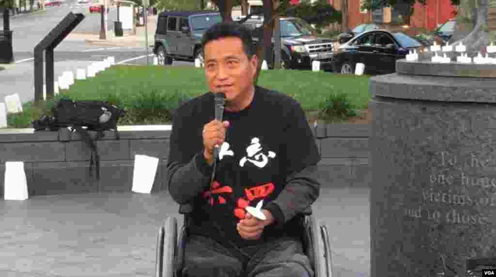 六四幸存者、被坦克压断双腿的方政发表讲话。他呼吁人们勿忘六四,勿忘天安门母亲,勿忘那些仍在勇敢抗争的人们