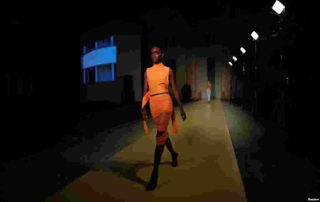 ملبوسات کی نمائش کے ڈیجیٹل ایونٹ کو 'وی آر میڈ ان اٹلی' کا نام دیا گیا ہے۔ ایونٹ کی فلم بندی میلان کے گرینڈ پلازو کلیرجی میں کی گئی۔