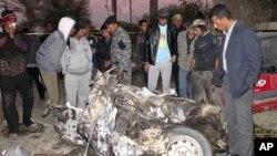 12月5号伊拉克居民和军人在检查一个爆炸现场