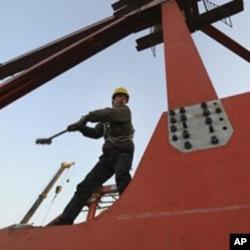 一中国工人在高铁建筑工地上操作