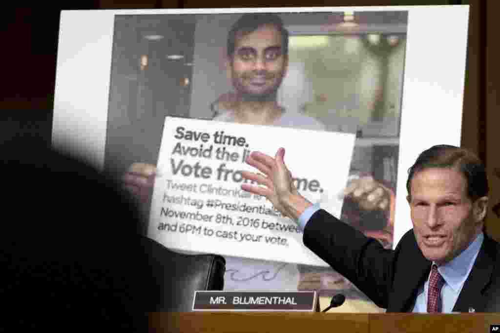 Сенатор Ричард Блюменталь рядом с постером провокационного содержания, якобы распространенного штабом Клинтон.