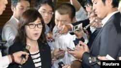 이나다 도모미 일본 방위상이 24일 도쿄에서 열린 각료회의 직후 기자회견을 진행하고 있다.