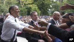 지난 17일 오하이오주 유세 도중 지지자들과 악수하는 바락 오바마 대통령.