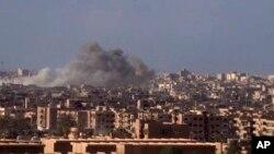 Na ovoj fotografiji napravljenoj od video snimka sirijske državne novinske agencije SANA, objavljenog 2. novembra 2017, vidi se dim koji se diže u vazduh nakon što su sirijske vladine snage bombardovale grad Deil el Zour tokom borbi protiv militanata Islamske države.