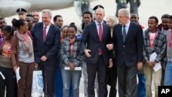 Komisaris Uni Eropa yang bertanggung jawab atas migrasi, Dimitris Avramopoulos (ke-5 dari kiri) ketika meninjau para migran Eritrea di Swedia (foto: dok).