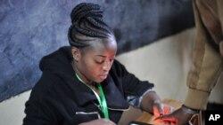 Membro da comissão eleitoral regista votos através da impressão digital dos eleitores. Escola Primária de Panarae em Kajiado, Quénia, Aug. 8, 2017.