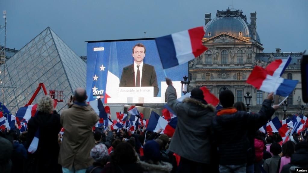 投票結果公佈後,巴黎盧浮宮附近的大型屏幕上顯示當選總統馬克龍(2017年5月7日)