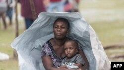 2021 年 8 月 17 日,海地萊斯凱斯(Les Cayes)附近因為熱帶風暴格蕾絲吹襲帶來惡劣天氣,災民在地震發生後在戶外過夜 (法新社照片)