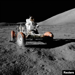 ນັກບິນອະວະກາດ ອົງການ NASA ທ່ານ Gene Cernan ຂັບລົດຢູ່ໜ້າດວງຈັນ ຂອງການປະຕິບັດງານ Apollo 17 ທີ 11 ທັນວາ 1972.