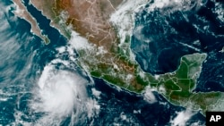 Esta imagen satelital proporcionada por la Administración Nacional Oceánica y Atmosférica de Estados Unidos (NOAA) muestra a la tormenta tropical Pamela en el Pacífico mexicano la mañana del lunes 11 de octubre de 2021.