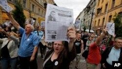 ພວກນັກເຄື່ອນໄຫວຝ່າຍຄ້ານ ໃນຣັດເຊຍ ພາກັນເດີນຂະບວນສະໜັບສະໜຸນ ທ່ານ Alexei Navalny ທີ່ຖືກຕັດສິນໂທດຈຳຄຸກ 5 ປີ ຢູ່ທີ່ນະຄອນ St. Petersburg (18 ກໍລະກົດ 2013)