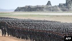 资料照:中国军人在内蒙古朱日和训练基地参加阅兵式。(2017年7月30日)
