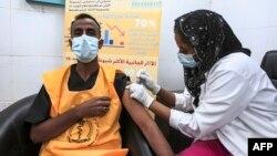 រូបឯកសារ៖ គ្រូពេទ្យម្នាក់ចាក់វ៉ាក់សាំងបង្ការជំងឺកូវីដ១៩ របស់ក្រុមហ៊ុន AstraZeneca នៅមន្ទីរពេទ្យមួយក្នុងទីក្រុង Khartoum ប្រទេសស៊ូដង់ ថ្ងៃទី៩ ខែមីនា ឆ្នាំ២០២១។
