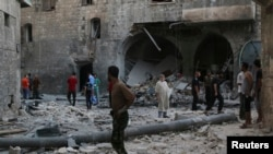 شام کے شہر حلب میں فوجی طیاروں کی بمباری کے بعد کا ایک منظر