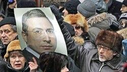 طرفداران میخاییل خودوروفسکی بیرون از محل دادگاه وی در مسکو عکس او را در دست گرفته اند- ۲۷ دسامبر ۲۰۱۰