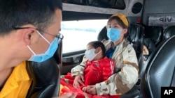 Tư liệu: Khách đeo khẩu trang trên xe buýt ở tỉnh Quảng Ninh ngày 28/1. Một giám đốc du lịch nói dịch cúm từ Vũ Hán đã giáng một đòn nặng như 'bom tấn' xuống ngành du lịch Việt Nam.
