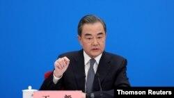 왕이 중국 외교 담당 국무위원 겸 외교부장이 24일 기자회견을 하고 있다.