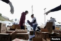 "Para sukarelawan ""Marin Food Bank"" San Francisco membantu menyortir makanan di San Francisco, California, 16 Maret 2020."