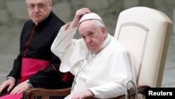Le pape François arrive à la salle Paul VI pour son audience générale hebdomadaire, se tenant à distance des fidèles en raison de la maladie du coronavirus, au Vatican, le 21 octobre 2020. (Reuters)