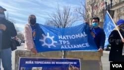 Beneficiarios del TPS y aliados se manifestaron el viernes en la capital de Estados Unidos, donde comenazaron una huelga de hambre para pedirle al gobierno de Joe Biden que conceda una residencia permanente a los migrantes.