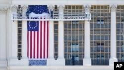 Прапор Бетсі Росс на Капітолії США, один із історичних ранніх варіантів прапору США. 13 зірок на прапорі позначають 13 колоній, які воювали за незалежність США