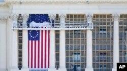 Para pekerja memasang bendera di bagian West Front Gedung Kongres AS sebagai persiapan upacara pelantikan Presiden terpilih Joe Biden, Sabtu, 9 Januari 2021.