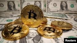 虚拟货币比特币与美元钞票。