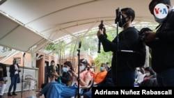 Periodistas venezolanos cubren una rueda de prensa del líder opositor Juan Guaidó en Caracas, Venezuela, el 29 de abril de 2021. [Foto: Adriana Nuñez Rabascall]