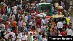 تجمع مردم در بازاری در شهر بمبئی در بحبوحه همهگیری کووید۱۹، بدون رعایت فاصلهگیری اجتماعی، بدون ماسک یا استفاده نادرست از آن - ۵ مارس ۲۰۲۱